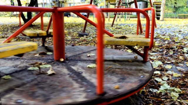 karussell auf spielplatz - kinderspielplatz stock-videos und b-roll-filmmaterial