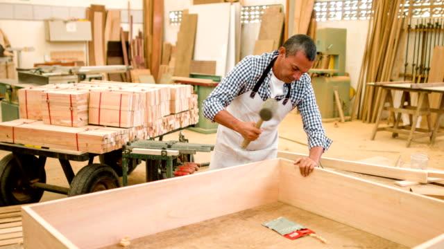 Carpenter montar uma peças da mobília - vídeo