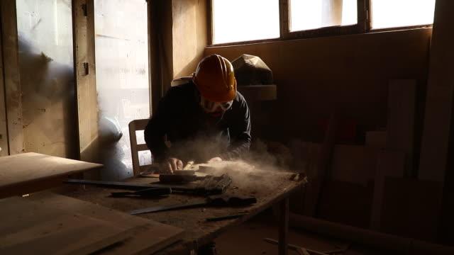 zimmermann bei der arbeit - sägemehl stock-videos und b-roll-filmmaterial
