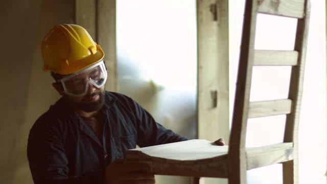 carpenter at work - carta vetrata video stock e b–roll