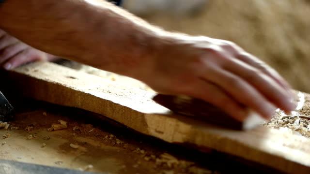 vídeos de stock, filmes e b-roll de carpenter no trabalho - consertador