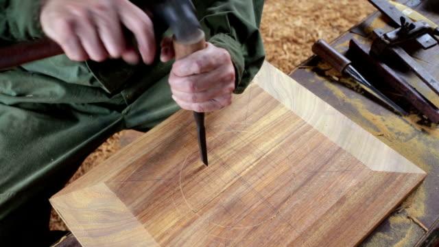 carpenter handgefertigte traditionelle chinesische coffin.real. - schnitzen stock-videos und b-roll-filmmaterial