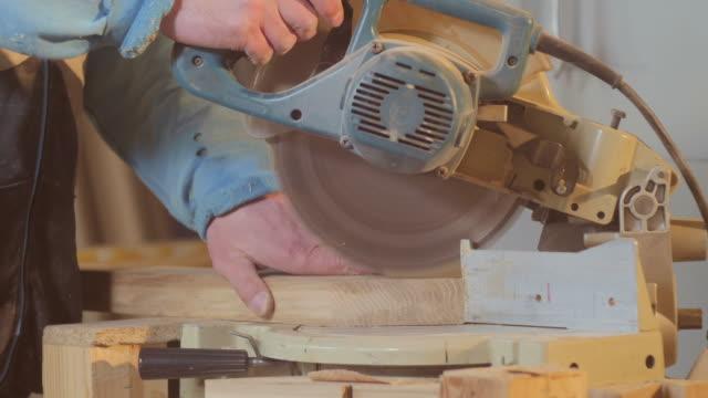 zimmermann schneiden holz - kreissäge stock-videos und b-roll-filmmaterial