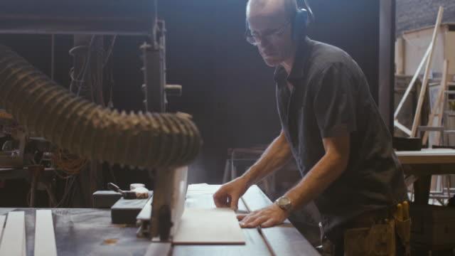 大工に木材を切断 (スローモーション) - 大工点の映像素材/bロール
