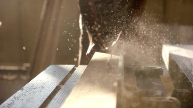 Carpintero tablón de madera de corte - vídeo