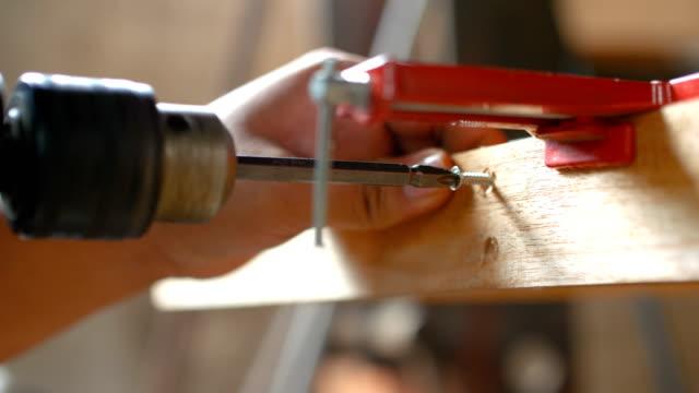tischler bohren ein loch auf holz, close-up dolly mit ton gedreht - schraube stock-videos und b-roll-filmmaterial