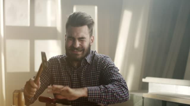 vídeos de stock e filmes b-roll de carpenter gets injured - bricolage
