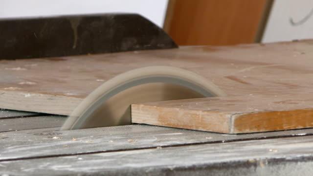 carpenter sta lavorando su wood - segatura video stock e b–roll