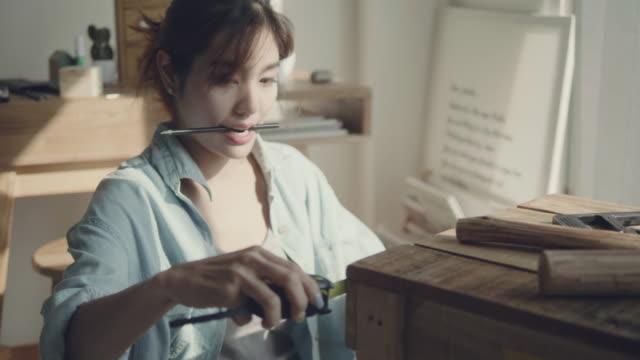 vídeos de stock e filmes b-roll de carpenter marking a piece of wood - bricolage