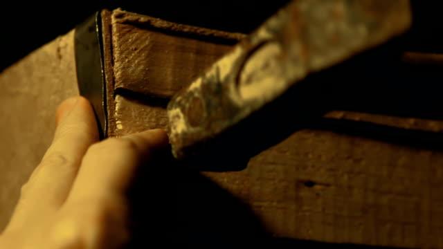 vídeos de stock e filmes b-roll de carpenter nailing durable wooden box with hammer, packing goods, hands close-up - engradado