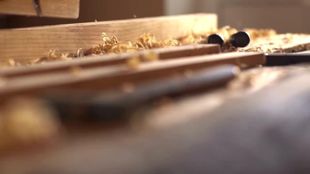 tischler gehobeltes holz, arbeitsplatz. slow-motion - tischlerarbeit stock-videos und b-roll-filmmaterial