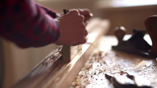 vídeos de stock, filmes e b-roll de carpinteiro aplainado madeira, local de trabalho - carpinteiro