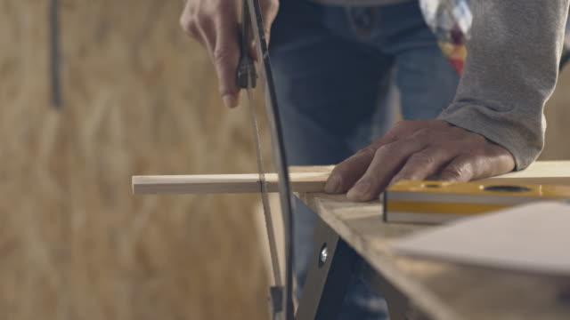 Charpentier bois avec scie bruits de scie - Vidéo
