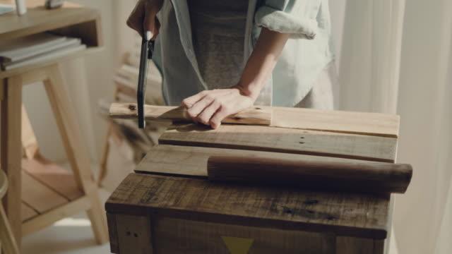 marangoz ahşap el ile testere gördüm - döner lamalı testere stok videoları ve detay görüntü çekimi