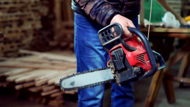 carpenter starting chainsaw - motosega video stock e b–roll