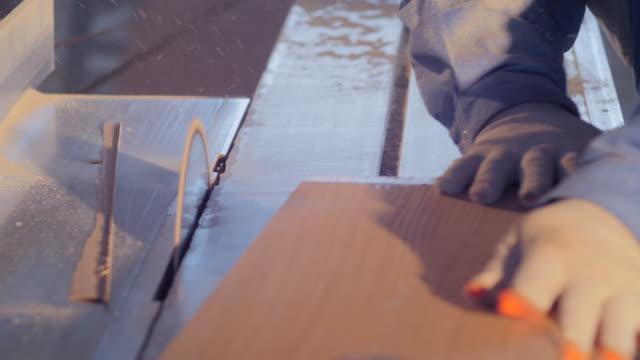 zimmermann mit einer kreissäge - kreissäge stock-videos und b-roll-filmmaterial
