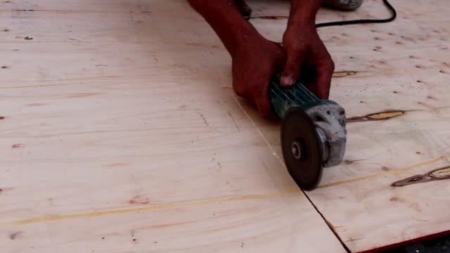 vídeos y material grabado en eventos de stock de carpintero con sierra circular para cortar madera - descarga eléctrica