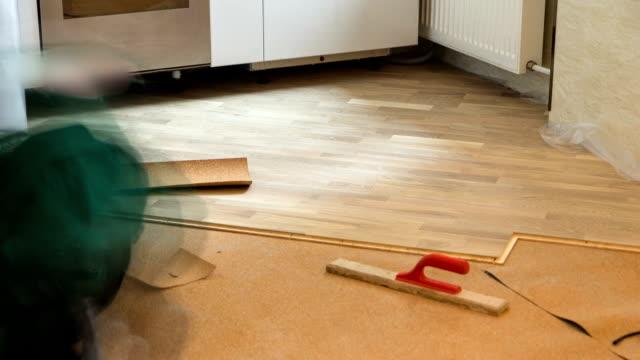 vídeos de stock e filmes b-roll de carpinteiro trabalhador instalar madeira, soalhos durante o chão timelapse de trabalho - bricolage