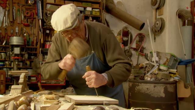 vídeos de stock, filmes e b-roll de dolly hd: carpenter de trabalho - arte e artesanato assunto