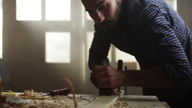 carpenter arbeiten  - junger mann stock-videos und b-roll-filmmaterial