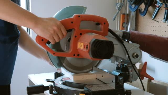 carpenter arbeiten - kreissäge stock-videos und b-roll-filmmaterial