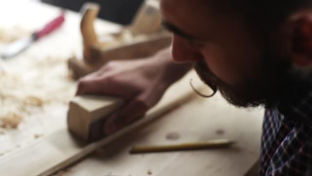 carpentiere lavora con carta vetrata - carta vetrata video stock e b–roll