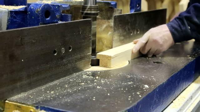 vídeos de stock, filmes e b-roll de carpinteiro trabalha para a máquina - clipe