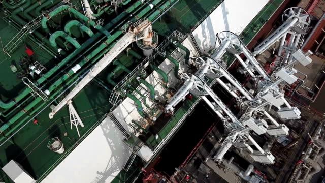 stockvideo's en b-roll-footage met drager van de lng-terminal - chemische fabriek