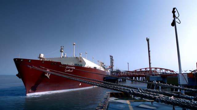 vídeos de stock, filmes e b-roll de terminal do portador do lng - navio tanque embarcação industrial
