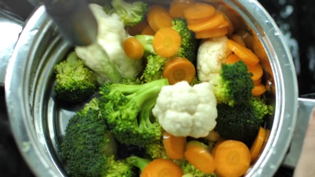 carrot broccoli and cauliflower splashing into water slow motion video - jedzenie wegetariańskie filmów i materiałów b-roll