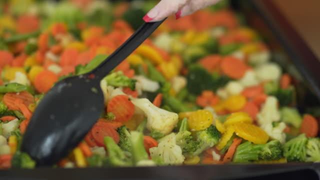 vídeos de stock e filmes b-roll de carrot broccoli asparagus stewed in a pan - brócolo