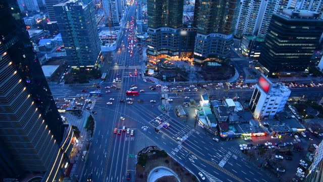 vídeos de stock e filmes b-roll de cars and buses drives around in seoul at night in south korea.zoom out - seul
