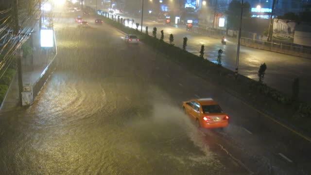 cars and heavy rain - pioggia torrenziale video stock e b–roll