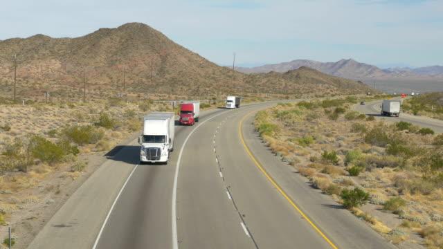autos und lkw fahren auf der autobahn beschäftigt, fracht halb truck transport von waren - straßenfracht stock-videos und b-roll-filmmaterial