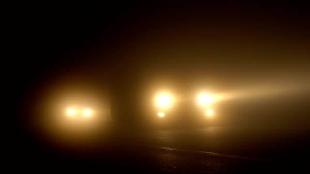 stockvideo's en b-roll-footage met auto's klimmen naar de top van de doi inthanon voor zonsopgang - mist donker auto