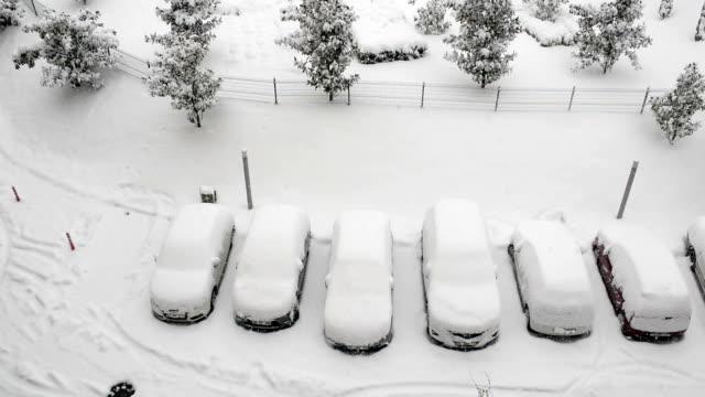bilar täckta av snö och det snöar - djupsnö bildbanksvideor och videomaterial från bakom kulisserna