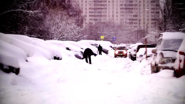 bilar täckta med snö i ett bostadsområde i moskva. - snöstorm bildbanksvideor och videomaterial från bakom kulisserna