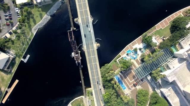 vídeos de stock, filmes e b-roll de carros que cruzam a estrada ponte sobre o rio-vista aérea - dividindo carro