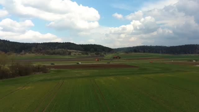 autos fahren entlang der straße in der nähe des feldes, luftaufnahme von einer drohne - aerial view soil germany stock-videos und b-roll-filmmaterial