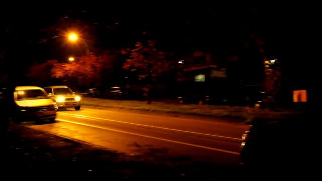 auto guida passato case in città di notte - passo montano video stock e b–roll