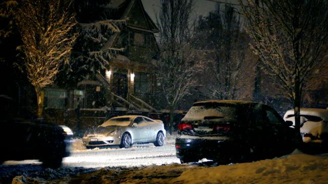 autos fahren durch schneefall - vancouver kanada stock-videos und b-roll-filmmaterial