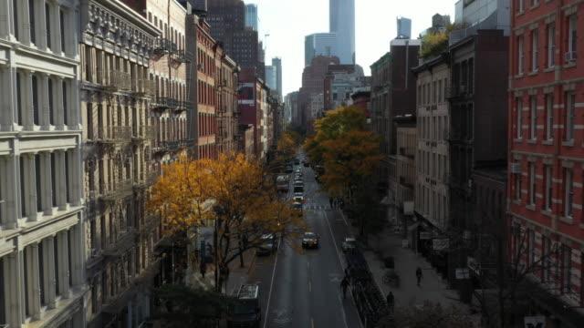 vídeos de stock, filmes e b-roll de carros dirigindo no soho manhattan nyc - new york city