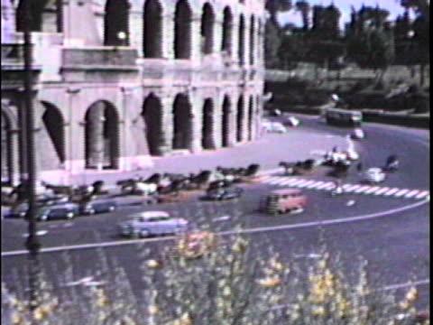 automobili andare dal colosseo-dal 1960 di film - colosseo 1900 video stock e b–roll