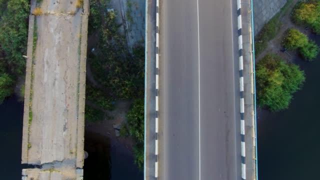 車は地平線を越える - マルチコプター点の映像素材/bロール