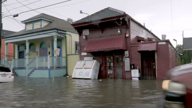 cars homes and businesses flooded from rising flood waters in new orleans - сила природы стоковые видео и кадры b-roll