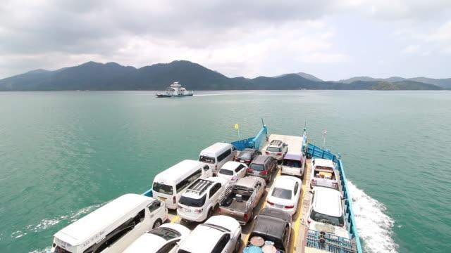 vídeos y material grabado en eventos de stock de coches cargan en un transbordador y en dirección un isla de koh chang en trat, tailandia - río yangtsé