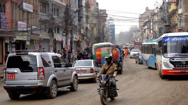 ネパールの首都カトマンズの車、オートバイ、バス、混雑した通り - ネパール点の映像素材/bロール