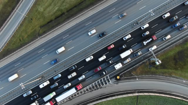 車は、リフレッシュアスファルトに乗って交通渋滞でゆっくりと移動します - 分離点の映像素材/bロール
