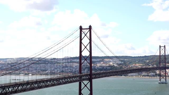 vídeos de stock e filmes b-roll de cars on bridge ponte 25 de abri - ponte 25 de abril