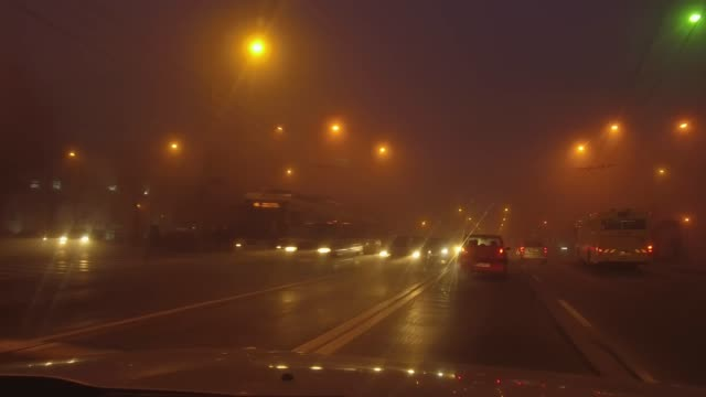 stockvideo's en b-roll-footage met auto's op weg met lichten aan bij mistig weer - mist donker auto